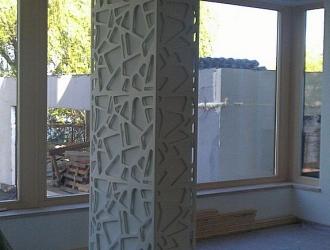 Stalp interior showroom din material compozit