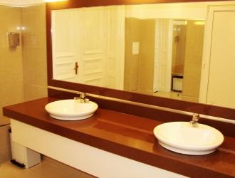 Blat cu lavoare si placare oglinda din material compozit pentru grup sanitar comercial