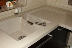 detaliu montaj si imbinare chiuveta bucatarie din compozit cu blatul