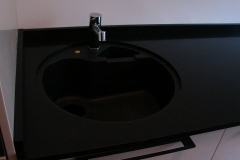 detaliu montaj, imbinare si finisaje intre blatul de bucatarie si chiuveta circulara